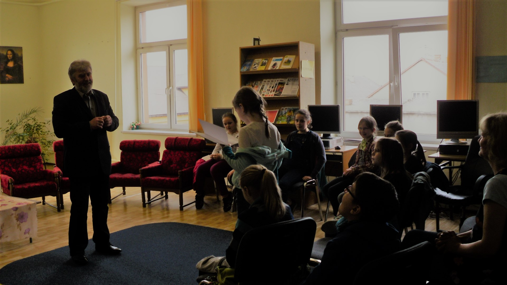 uczniowie czytają